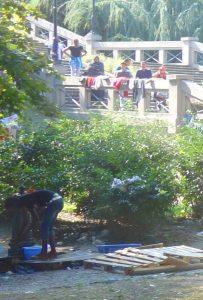 Der Brunnen im Park wird rege gebraucht. Die Kleider werden zum Trocknen an der Treppe ausgebreitet. (Como, 27.08.2016).