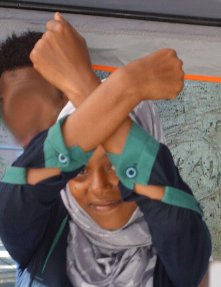Während der «No Border»-Sendung erblicke ich dieses Zeichen immer wieder, Ouri klärt mich auf: «Das heisst Stolz auf mein Land.» Später erfahre ich, dass es sich um ein Erkennungszeichen unter Oromo handelt. (Como, 27.08.2016)