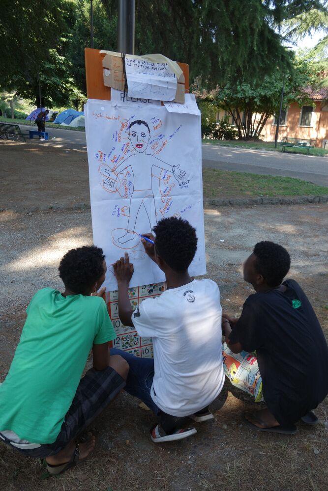 Ob Italienisch, Französisch oder Englisch, der improvisierte Sprachunterricht ist eine gern gesehene Abwechslung im Camp. (Como, 28.08.2016)
