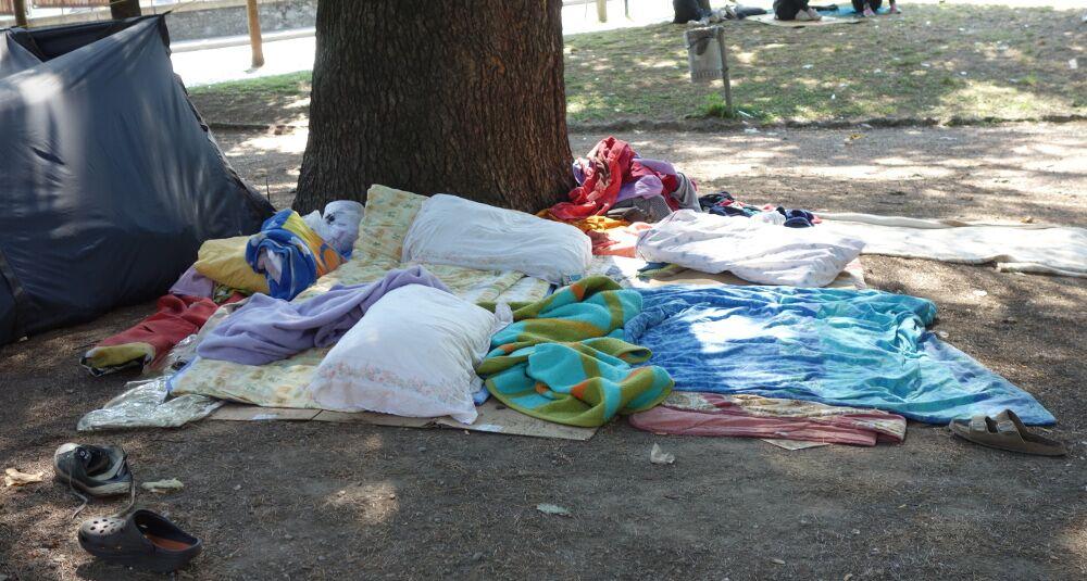 Die Polizei verhindere den Aufbau weiterer Zelte, teilt man mir mit. Solange das Wetter hält, seien Schlafplätze unter freiem Himmel aber in Ordnung. (Como, 27.08.2016)
